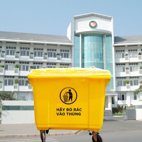 Thùng để rác nhựa HDPE 660L vàng có nắp kín và bánh xe di chuyển linh hoạt